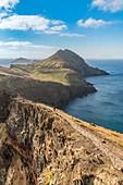 Wanderer auf dem Weg zum Point of Saint Lawrence. Canical, Machico Bezirk, Madeira Region, Portugal