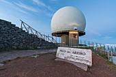 Sternwarte und Wegweiser auf dem Gipfel von Pico tun Arieiro, Funchal, Madeira-Region, Portugal