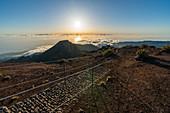 Der Weg zum Gipfel des Pico Ruivo am Morgen. Achada do Teixeira, Santana-Stadtbezirk, Madeira-Region, Portugal