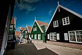 Typische Häuser im Ort Kerkbuurt, Insel Marken, Nordholland, Niederlande
