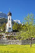Kirche von Grainau vor Zugspitzmassiv mit Zugspitze, Werdenfelser Land, Oberbayern, Bayern