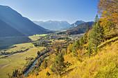Blick ins Loisachtal mit dem Wettersteingebirge und der Zugspitze, Oberau, Werdenfelser Land, Oberbayern, Bayern, Deutschland
