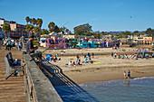 Blick vom Steg in Capitola auf Strand und Ort, Kalifornien, USA