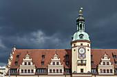 Altes Rathaus von Leipzig vor Gewitterhimmel, Sachsen,