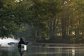 Während des Sonnenaufganges verwandeln sich die unzähligen Fließe des Spreewaldes in in eine Märchenlandschaft