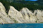 Kanufahrer auf dem Lake Laberge unterwegs in Richtung Yukon River mit dem Ziel Carmacks, Yukon, Kanada