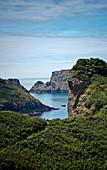 Küstenlandschaft mit kleinem Boot, Kanalinsel Sark