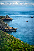 Küstenlandschaft mit kleinem Segelboot, Kanalinsel Sark