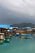 Fischerboote in der Bucht von Letung im Regen, Letung, Jemaja, Anambas, Indonesien