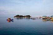 Stadt und Bucht von Letung, Letung, Jemaja, Anambas, Indonesien