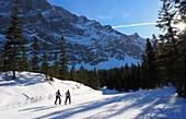 Tourenskifahrer unter dem Zugspitzgipfel, Zugspitze, Garmisch-Partenkirchen, Winter in Bayern, Deutschland