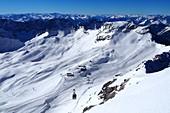 Seilbahn auf dem Zugspitzplatt unter der Zugspitze bei Garmisch-Partenkirchen, Winter in Bayern, Deutschland