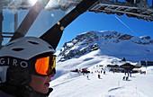 Touristin im Sessellift, Ski im Weißen Tal unter der Zugspitze, Garmisch-Partenkirchen, Bayern, Deutschland