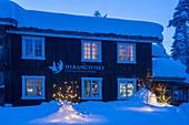 Hotel bei Heggenes im Winter am Abend, Heggenes, Norwegen