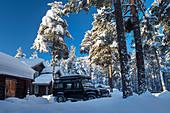 Geländewagen vor Holzhaus bei Heggenes im Winter, Norwegen