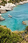 Ausflugsboote in der Bucht von Xigia, Schwefelquellen am Strand, Zakynthos, Ionische Inseln, Griechenland