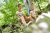 Zwei Mädchen machen Pause, Wanderung im Triglav Nationalpark, Slowenien