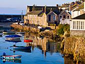 Das malerische Fischerdorf von Mousehole, Cornwall, England, Vereinigtes Königreich, Europa