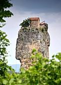 Kleine Klosteranlage auf dem Gipfel der Kazchi-Säule, Georgien