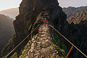 Wanderer am Pfad von Pico do Arieiro, Madeira, Portugal