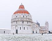 Baptisterium, Kathedrale und der schiefe Turm an einem schneebedeckten Tag, UNESCO-Welterbestätte, Pisa, Toskana, Italien, Europa