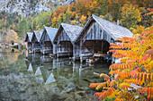 Holzbauten am Seeufer im Herbst in Gmunden, Oberösterreich, Österreich