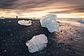 Eisblöcke am Seeufer von Jokulsarlon in der Dämmerung auf Island