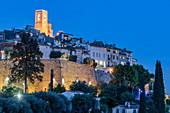 Mittelalterliches Dorf Saint-Paul-de-Vence zur blauen Stunde, Alpes-Maritimes, Provence-Alpes-Côte d'Azur