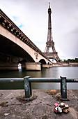 Eiffelturm und Pont d'Iéna, Ufer der Seine mit Liebesschlössern, Paris, Île-de-france, Frankreich
