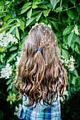 Mädchen mit Blumen im Haar