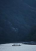 Boot auf ruhigem Fluss, Arashiyama-Park, Nakanoshima-Bereich, Kyoto, Japan