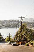 Nachbarhäuser mit sonnigem Seeblick, Los Angeles, Kalifornien, USA
