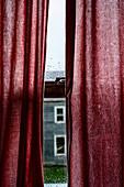 Rote Vorhänge am dem Fenster