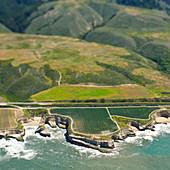Luftaufnahme einer Küstenstraße und eines Ausläufers, San Mateo, Kalifornien, USA