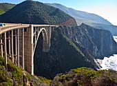 Bixby Bridge überquert eine Schlucht, Kalifornien, USA