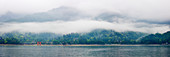 Panoramablick auf die Landschaft über einen See, Honshu-Insel, Japan, Asien