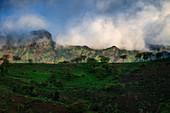 Grüne Berglandschaft auf der Insel Santiago, Kap Verde
