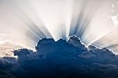 Sonneneinstrahlung über Wolke bei Sonnenuntergang, Nordkenia