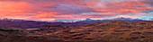 Buschland und Berge bei Sonnenuntergang, Nationalpark Torres Del Paine, Patagonia, Chile