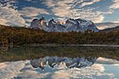 Berge reflektierten sich im See, Paine Massif, Nationalpark Torres Del Paine, Torres Del Paine, Patagonia, Chile