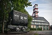 Grubenwagen am Förderturm des Arno-Lippmann Schacht, UNESCO Welterbe Montanregion Erzgebirge, Altenberg-Zinnwald, Sachsen