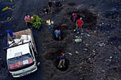 Kap Verde, Fogo Island mit Lavagestein, Bauern beim Weinanbau