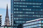 Kirchturm des Mahnmal St. Nikolai, eingerahmt von modernen Bürohäusern, Altstadt, Hamburg, Deutschland