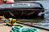 Eine Schute mit Hamburg Schriftzug im Hamburger Hafen, Hafencity, Hamburg, Deutschland