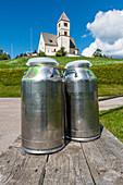Milchkannen vor der Kirche St. Wolfgang, Radein, Südtirol, Alto Adige, Italien