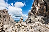 Aufgeschichtete Steine in der Langkofelscharte, St. Christina in Gröden, Dolomiten, Südtirol, Alto Adige, Italien