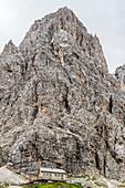 Die Langkofelhütte am Ende der Langkofelscharte, St. Christina in Gröden, Dolomiten, Südtirol, Alto Adige, Italien