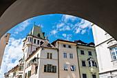 Blick aus den Lauben auf ein Haus am Obstmarkt in der Altstadt, Bozen, Südtirol, Alto Adige, Italien