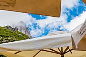 Der Berg Tscheiner Spitze zwischen Sonnenschirmen der Rotwandhütte,  Rosengartengruppe, Dolomiten, Trentino, Südtirol, Alto Adige, Italien