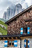 Fassade der Rotwandhütte mit dem Berg Tscheiner Spitze, Rosengartengruppe, Dolomiten, Trentino, Südtirol, Alto Adige, Italien